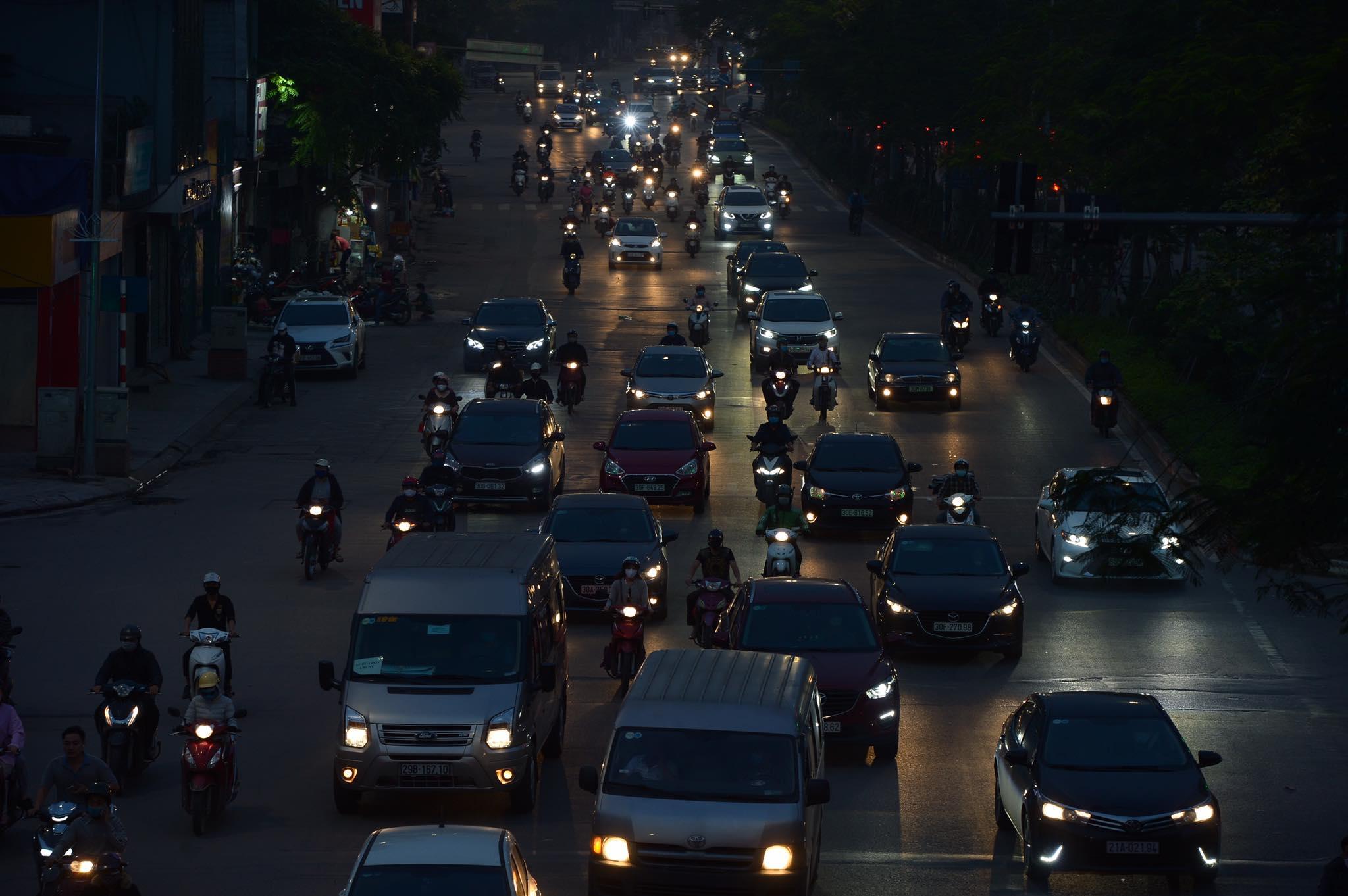 Đường Đại Cồ Việt (Quận Hai Bà trưng, Hà Nội) chiều tối ngày 9/4 mật độ giao thông vẫn san sát thế này