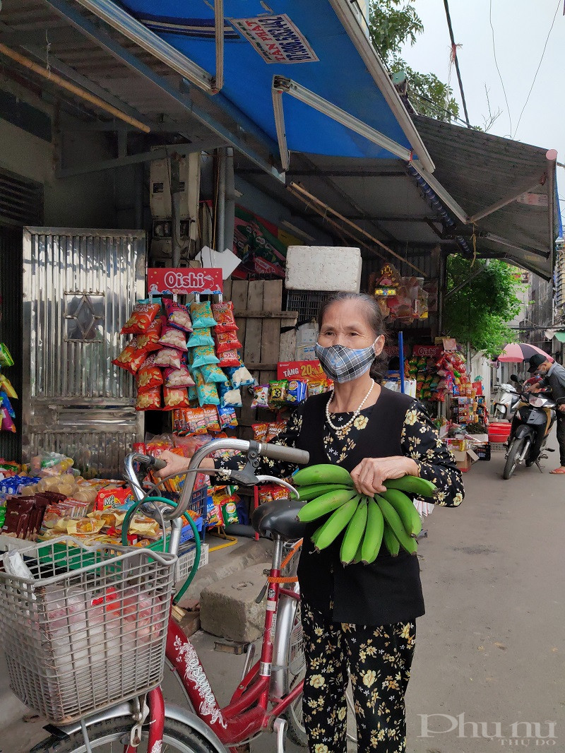 Bà Đinh Thị Dung, hội viên phụ nữ thôn Kim Quan, xã Yên Viên, huyện Gia Lâm cho biết: Từ ngày 1/4, gia đình bà đã thực hiện nghiêm túc việc cách ly xã hội theo Chỉ thị của Thủ tướng Chính phủ chỉ ra đường khi thực sự có việc cần thiết.