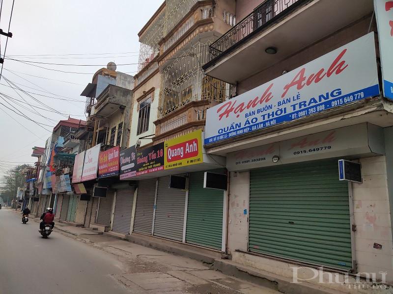 Các tiểu thương kinh doanh dịch vụ, cửa hàng quần áo thời trang tại khu vực đường vào chợ Ninh Hiệp, Gia Lâm, Hà Nội thực hiện nghiêm túc Chỉ thị 16 của Thủ tướng Chính phủ
