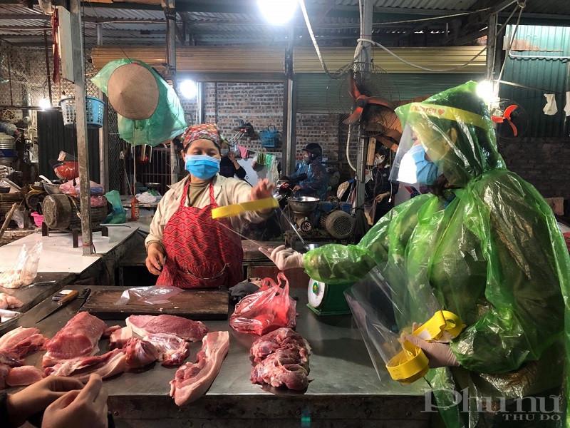 Hội Phụ nữ quận Long Biên phát hàng nghìn mũ chắn giọt bắn cho tiểu thương kinh doanh tại các chợ trên địa bàn