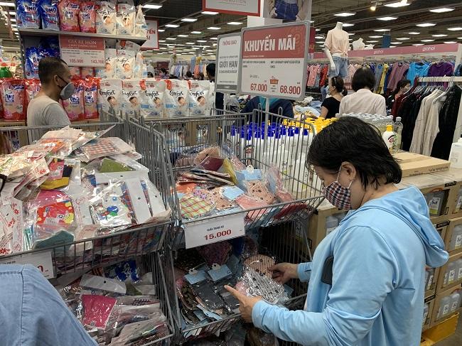 Người dân có thể chọn mua khẩu trang vải kháng khuẩn tại các siêu thị bán hàng bình ổn thị trường.