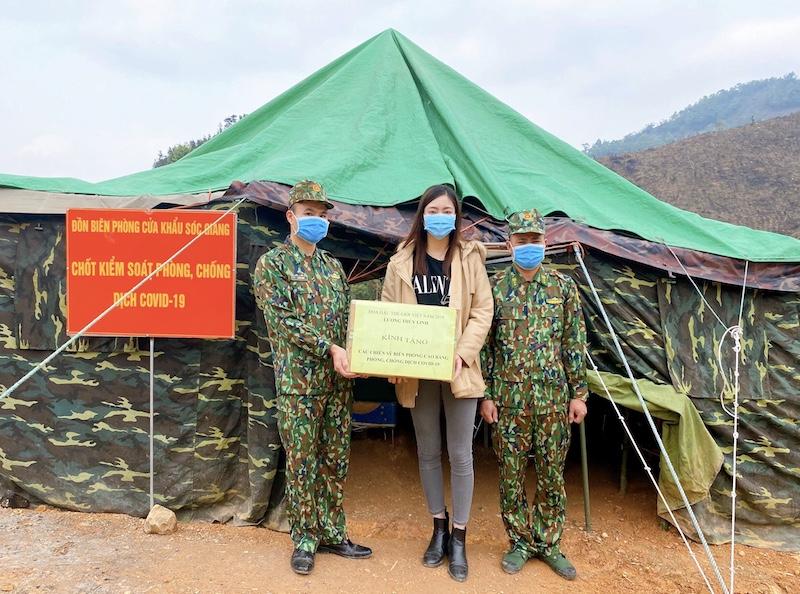 Lương Thuỳ Linh bên những lều trại sinh hoạt của các chiến sĩ