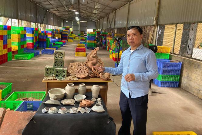 PGS.TS Tống Trung Tín giới thiệu di vật phát hiện trong đợt khai quật năm 2019 tại Khu di sản Hoàng thành Thăng Long.