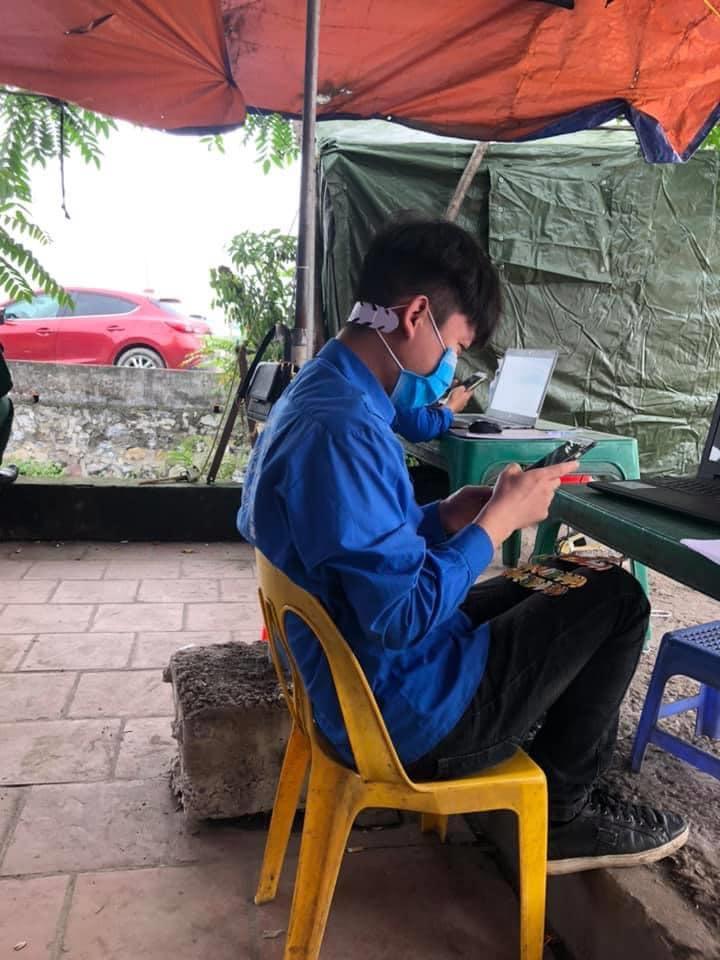 Các bạn tình nguyện viên Đoàn xã Hà Hồi, Thường Tín, Hà Nội dùng