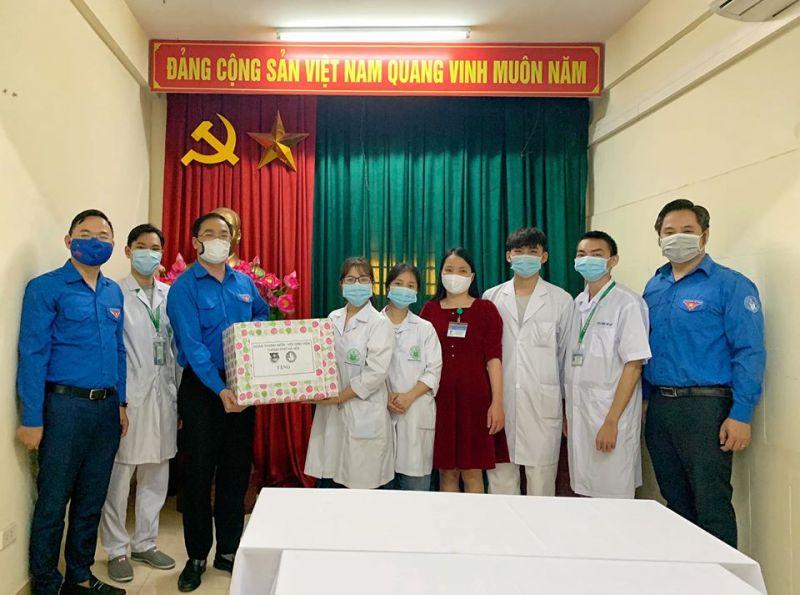 Đại diện Thành đoàn Hà Nội đến thăm và tặng quà đội thanh niên tình nguyện làm nhiệm vụ hỗ trợ công tác phòng chống dịch Covid-19 tại Trung tâm y tế dự phòng quận Bắc Từ Liêm.
