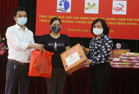 Đại diện Trung tâm Hỗ trợ phát triển Hà Nội và doanh nghiệp tham gia chương trình tặng quà nữ lao động nhập cư, hưởng ứng Thư kêu gọi của Hội LHPN Hà Nội