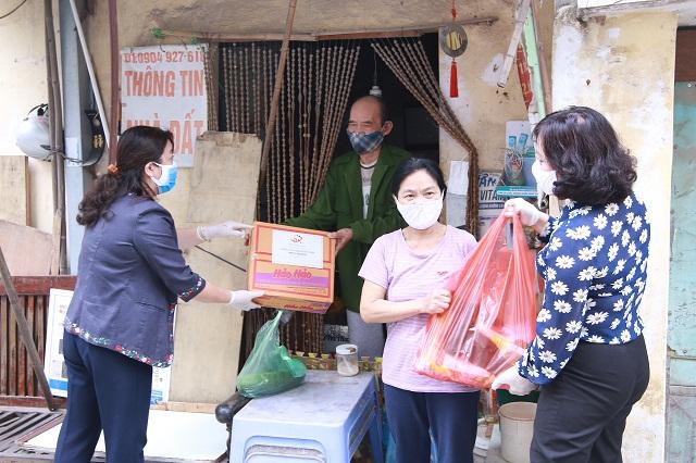 Đồng chí Nguyễn Thị Thu Thủy và đồng chí Nguyễn Thị Hảo, Giám đốc Trung tâm Hỗ trợ phát triển phụ nữ Hà Nội (người bên phải) trực tiếp tới thăm, trao quà tại nhà một nữ lao động nhập cư.