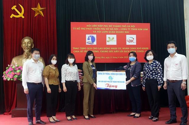 Đồng chí Nguyễn Thị Thu Thủy và đại diện Doanh nghiệp trao các suất quà cho lãnh đạo phường Định Công để chuyển tới tay lao động di cư gặp khó khăn trên địa bàn phường