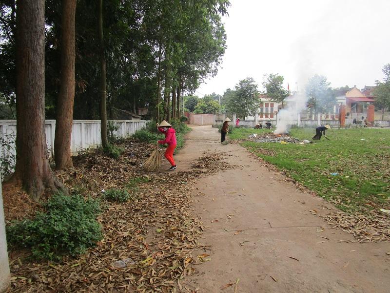 Thời gian trước khi thực hiện Chỉ thị 16 của Thủ tướng Chính phủ, nhằm chung tay đẩy lùi dịch bệnh, các cấp Hội vận động chị em tham gia tổng vệ sinh đường làng ngõ xóm đảm bảo môi trường thoáng đoãng sạch sẽ