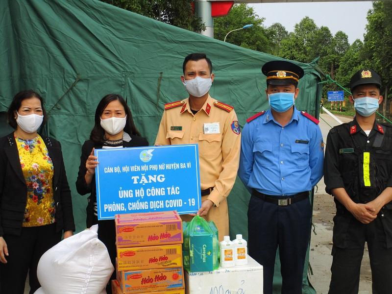 Hội Phụ nữ huyện Ba Vì tặng quà cho  đơn vị trực chốt kiểm dịch tại cầu Đồng Quang.