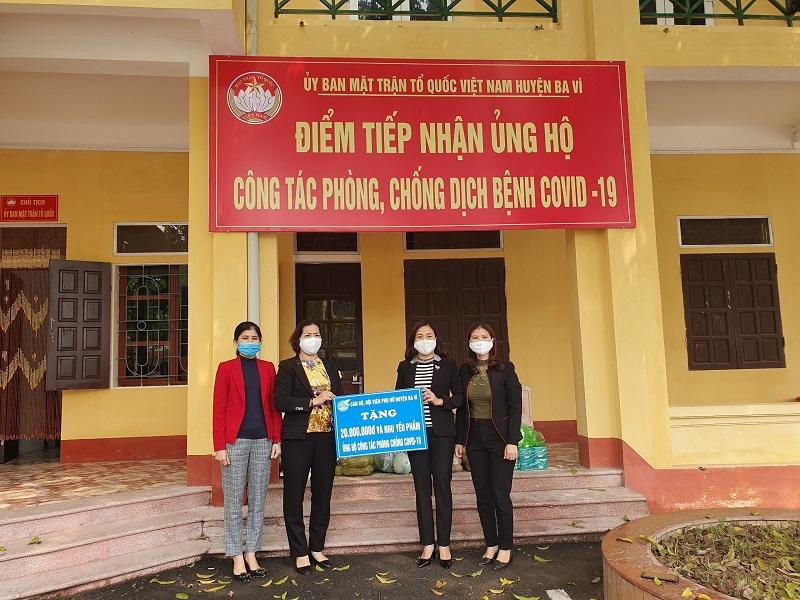 Hội phụ nữ huyện trao tặng tiền và nhu yếu phẩm cho công tác phòng chống dịch thực hiện lời kêu gọi của UBMTTQ Việt Nam huyện Ba Vì
