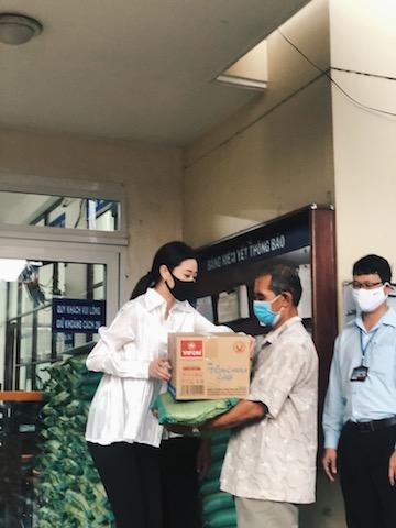 Khánh Vân là một trong những người đẹp hoạt động thiện nguyện tích cực mùa dịch Covid 19