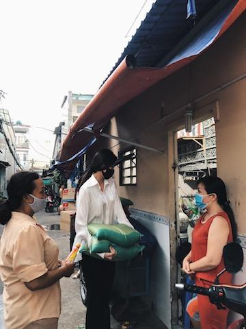 Mẹ (áo vàng bên trái) luôn đồng hành cùng Khánh Vân trong các chương trình thiện nguyện