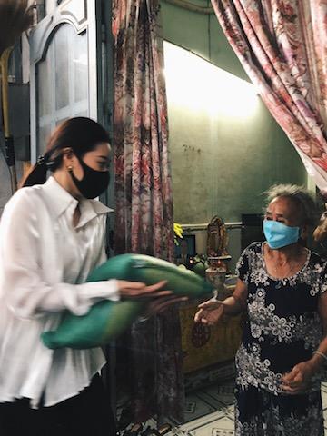 Việc Khánh Vân trực tiếp đến một số gia đình trao quà khiến người dân cảm động