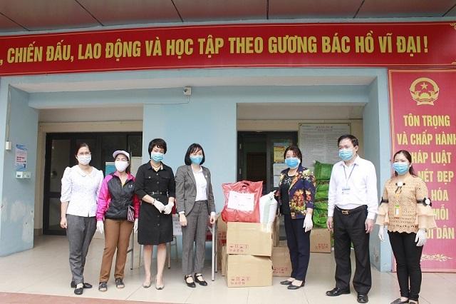Hội LHPN Hà Nội và Viện Phát triển sức khỏe cộng đồng Ánh sáng (Light) phối hợp trao quà cho nữ lao động di cư ở phường Phúc Xá, quận Ba Đình, Hà Nội.