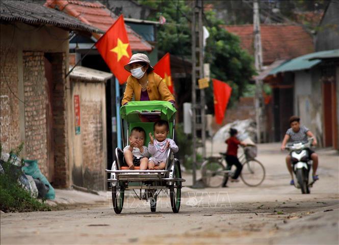 gười dân xã Sơn Lôi, huyện Bình Xuyên, tỉnh Vĩnh Phúc trước ngày dỡ bỏ phong tỏa phòng chống dịch COVID-19. Ảnh: Hoàng Hùng/TTXVN