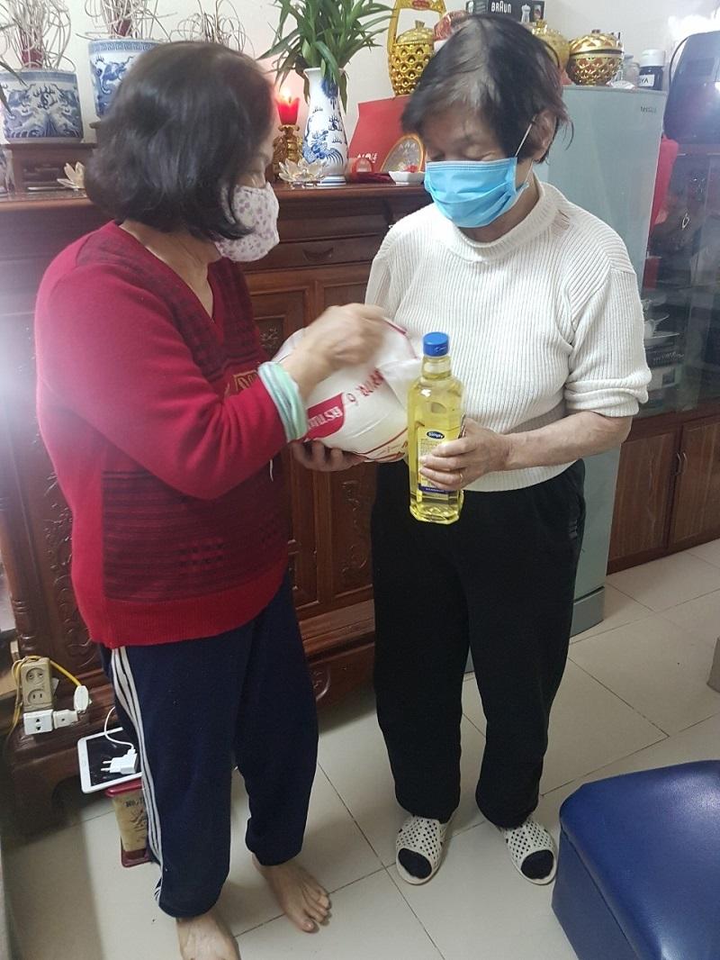 Các gia đình nhận hỗ trợ nhu yếu phẩm của hội LHPN phường Liễu Giai tặng