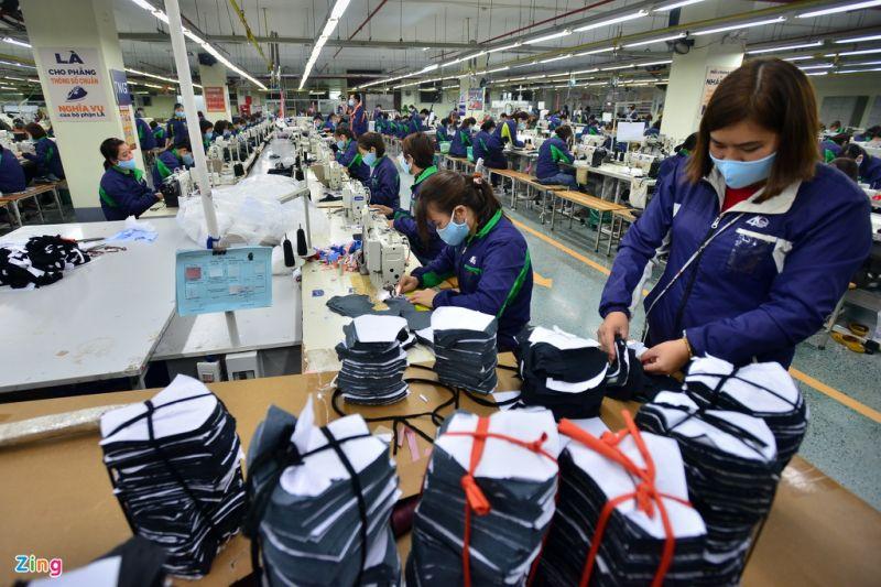 Sản xuất khẩu trang tại một nhà máy tại Hưng Yên.