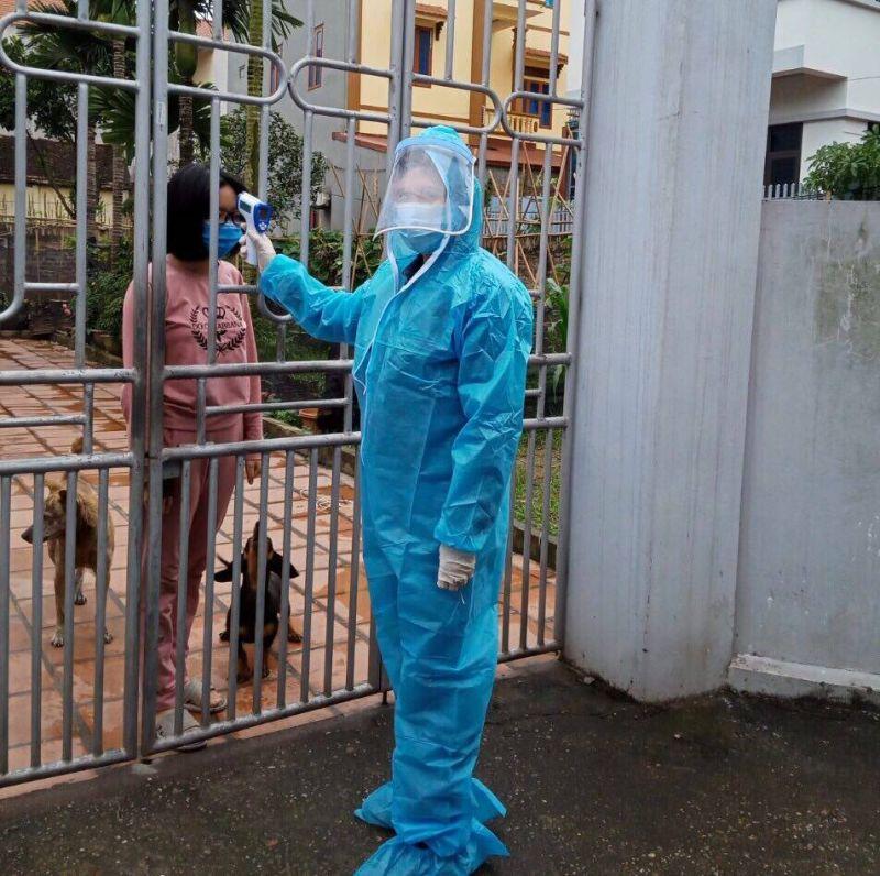 Hội viên phụ nữ thôn Hạ Lôi tham gia tổ giám sát ở địa phương, thực hiện kiểm tra thân nhiệt cho người dân bị cách ly y tế