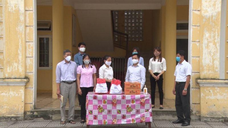 Đồng chí Đỗ Thị Thúy Hằng- Chủ tịch Hội LHPN huyện Ba Vì  (thứ 3 từ trái sang) tặng quà cho các gia đình thực hiện cách ly trên địa bàn