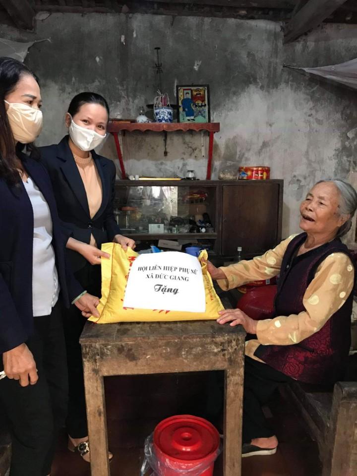 Bà Phạm Thị Hè, xóm 1 xã Đức Giang  cuộc sống gia đình còn nhiều khó khăn nay được hỗ trợ của Hội dẫu