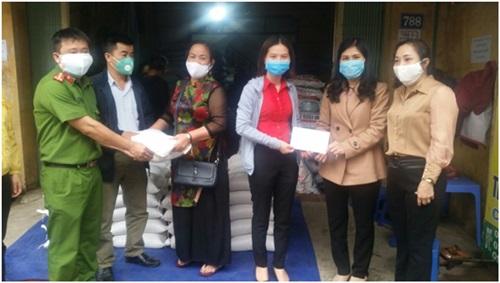 Hội LHPN huyện trao quà cho xã Đông La