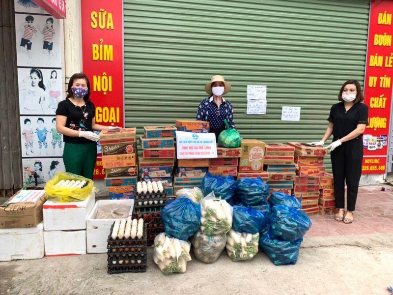 Hội LHPN xã Tráng Việt, huyện Mê Linh ủng hộ lương thực, thực phẩm cho xã Mê Linh