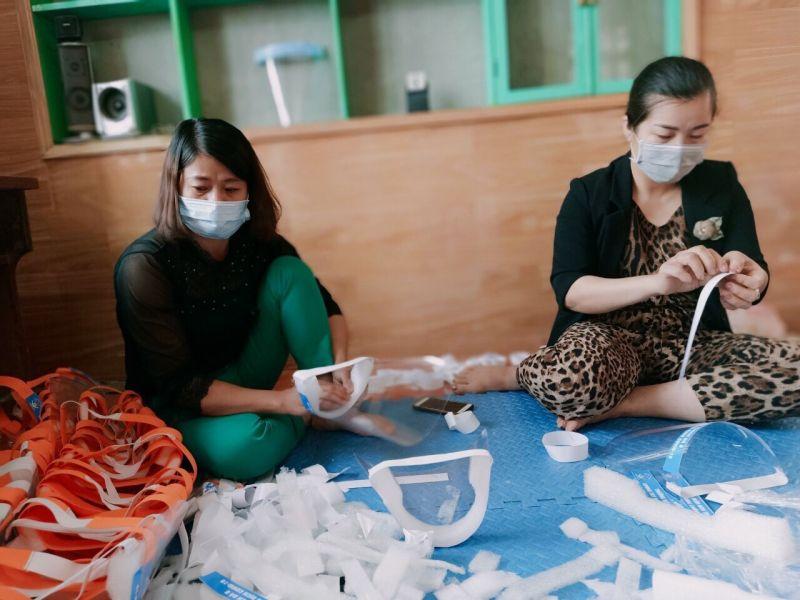 Hội viên phụ nữ huyện Mê Linh tự làm kính chống giọt bắn ủng hộ lực lượng phòng dịch ở thôn Hạ Lôi