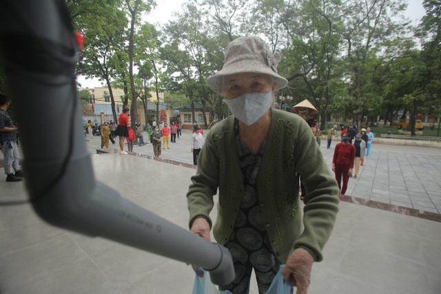 Hình ảnh người dân đến nhận gạo miễn phí tại Nhà văn hóa phường Nghĩa Tân (quận Cầu Giấy, Hà Nội) vào sáng 11/4 vừa qua (Ảnh: Nguyễn Trường)