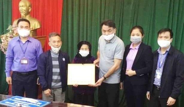 cụ Nguyễn Thị Lan năm nay 101 tuổi, trú tại thôn Đức Hậu, xã Đức Hòa được người con trai dìu đến UBND xã trao tặng số tiền 3.020.000 đồng cho Ban Chỉ đạo phòng chống dịch Covid- 19