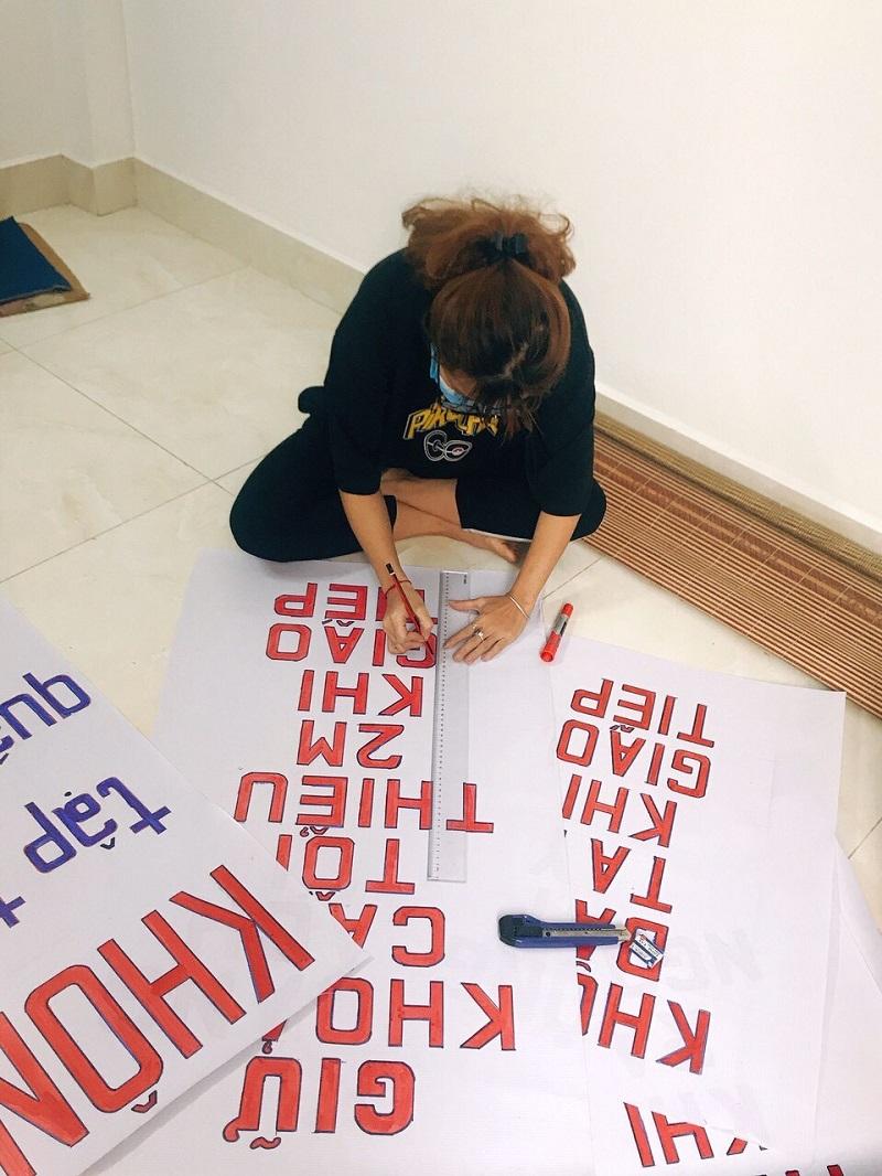 Hội viên phụ nữ thiết kế các pano khẩu hiệu tuyên truyền phòng dịch từ các nguyên vật liệu tái chế