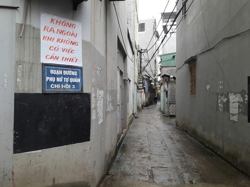 Những tấm khẩu hiệu tuyên truyền được chị em phụ nữ dán, treo ở khu vực các tuyến đường ngõ xóm phù hợp dễ nhìn