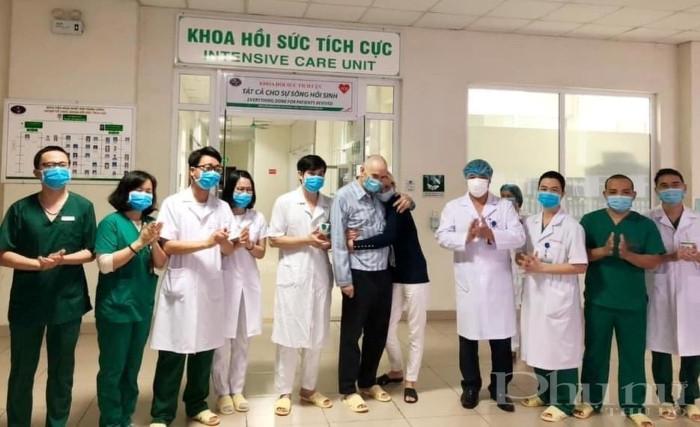 BN28 và vợ xúc động khi được các bác sĩ BV Nhiệt đới TƯ công bố khỏi bệnh vào khuya ngày 14/4.