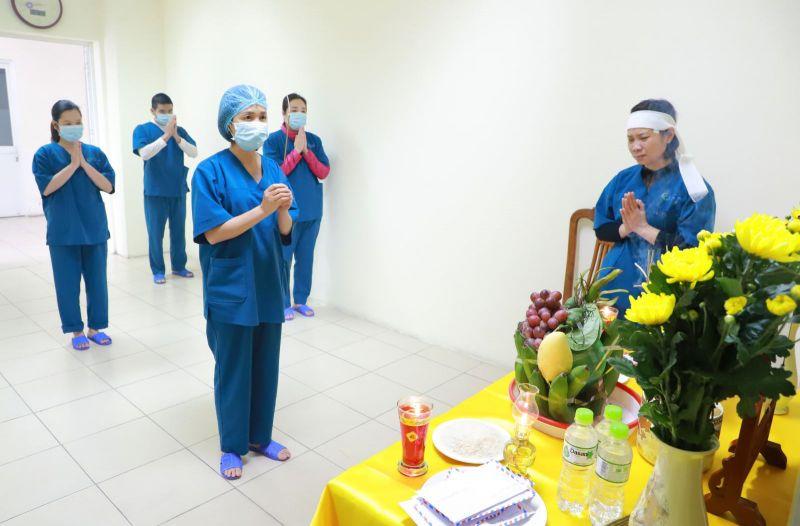 Cán bộ nhân viên bệnh viện số 2 Hạ Long chia sẻ mất mát với Điều dưỡng Trưởng Hoàng Thị Thu Hương.