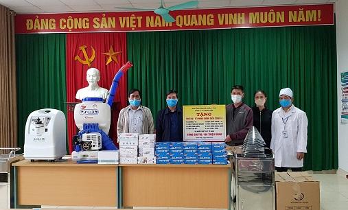Chị Hoàng Thị Thu cùng chồng ủng hộ vật dụng phòng chống dịch cho Ban Chỉ đạo phòng chống dịch xã Ninh Hiệp