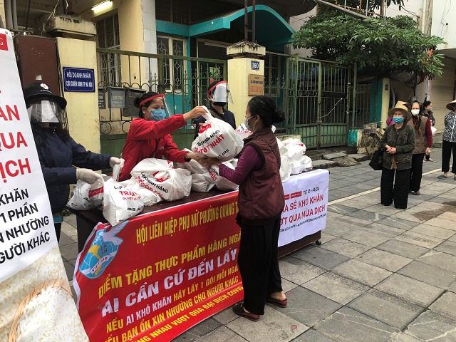 Hội LHPN quận Hà Đông phát tặng  nhu yếu phẩm cho hội viên, người dân