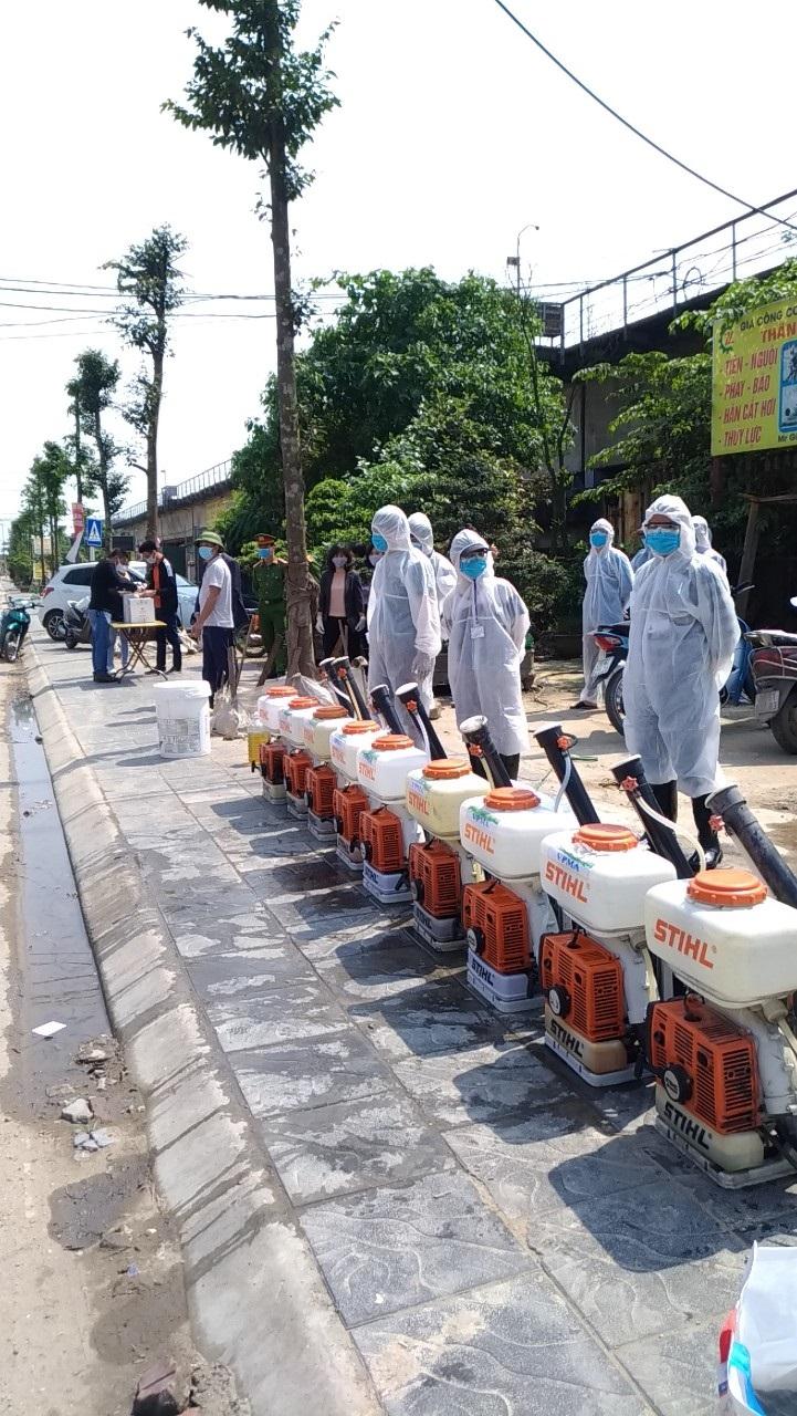 Bằng nguồn xã hội hóa, Hội LHPN Đông Anh đã phối hợp Hội phòng trừ côn trùng Việt Nam tiến hành phun khử khuẩn khu vực giáp ranh với huyện Mê Linh