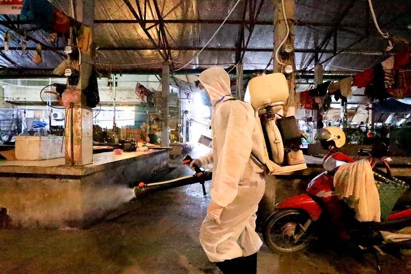 Phun khử khuẩn tại chợ đầu mối Bắc Thăng Long