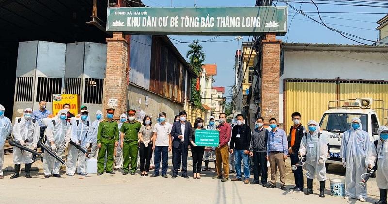 Hội LHPN huyện Đông Anh phối hợp với Hộiphòng trừ côn trùng Việt Nam tổ chức phun khử khuẩn tại địa bàn khu dân cư Bắc Thăng Long