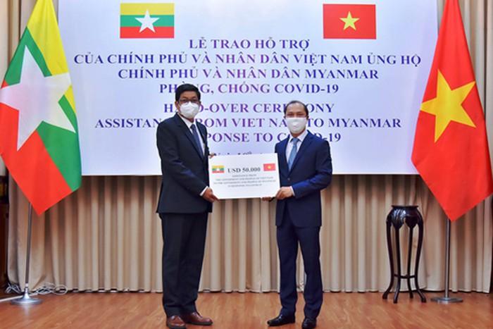 Việt Nam tặng trang thiết bị y tế giúp Myanmar chống đại dịch Covid-19