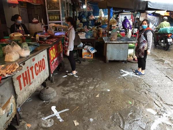 Người dân đi chợ Nghĩa Tân thực hiện nghiêm việc giãn cách