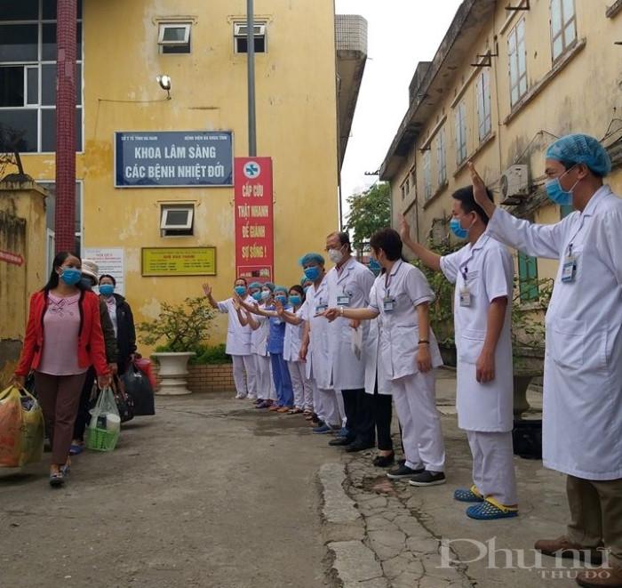 Các y, bác sĩ BV Đa khoa Hà Nam chào và chúc mừng các bệnh nhân được điều trị khỏi Covid-19 được xuất viện.