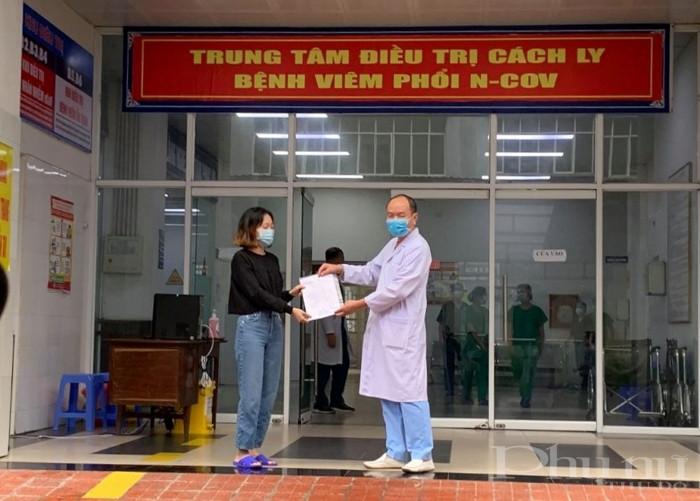 Bác si BV số 2 Quảng Ninh trao quyết định công bố khỏi bệnh cho BN52.