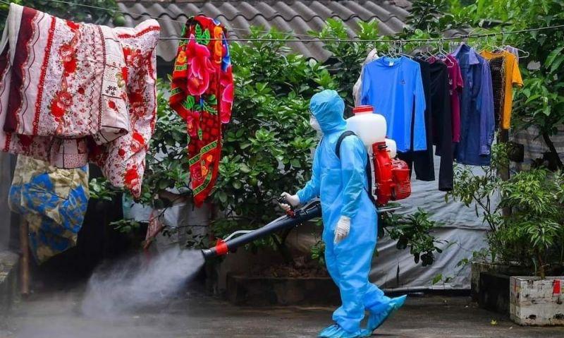 Ngành y tế tiến hành phun thuốc diệt trùng tại thôn Đông Cứu