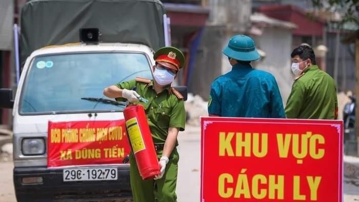 Lực lượng công an gác chốt đường vào thôn Đông Cứu, xã Dũng Tiến, huyện Thường Tín, TP Hà Nội