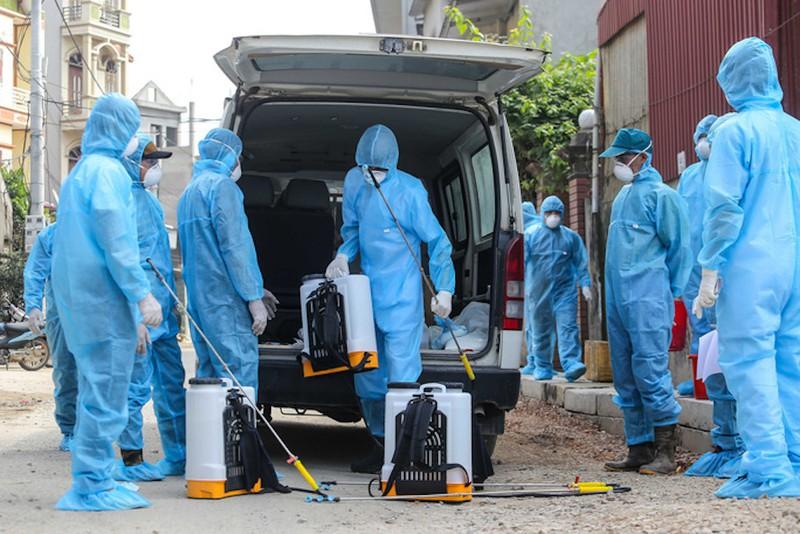 Đông đảo lực lượng y tế được huy động để khử khuẩn tại thôn Đông Cứu