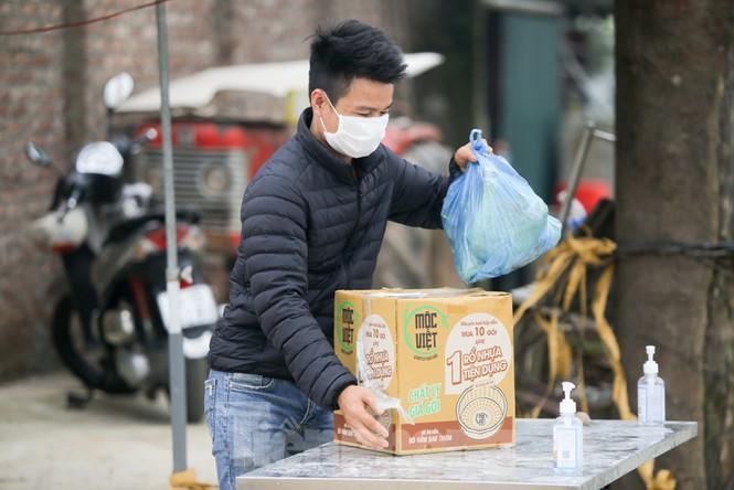 Người dân mang đồ tiếp tế đều phải gửi lại để khử khuẩn đã sau đó mới được chuyển vào.