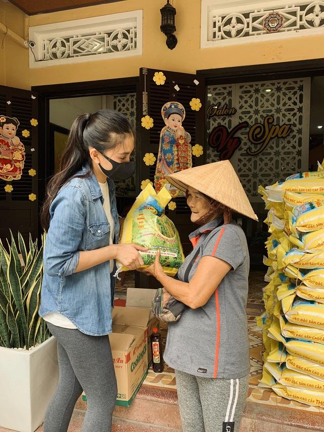 Hoa hậu Trần Tiểu Vy tặng gạo cho bà con