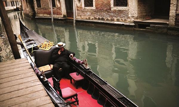Mặt nước của kênh đào Grand tĩnh lặng như một tấm gương do lượng thuyền qua đây giảm mạnh