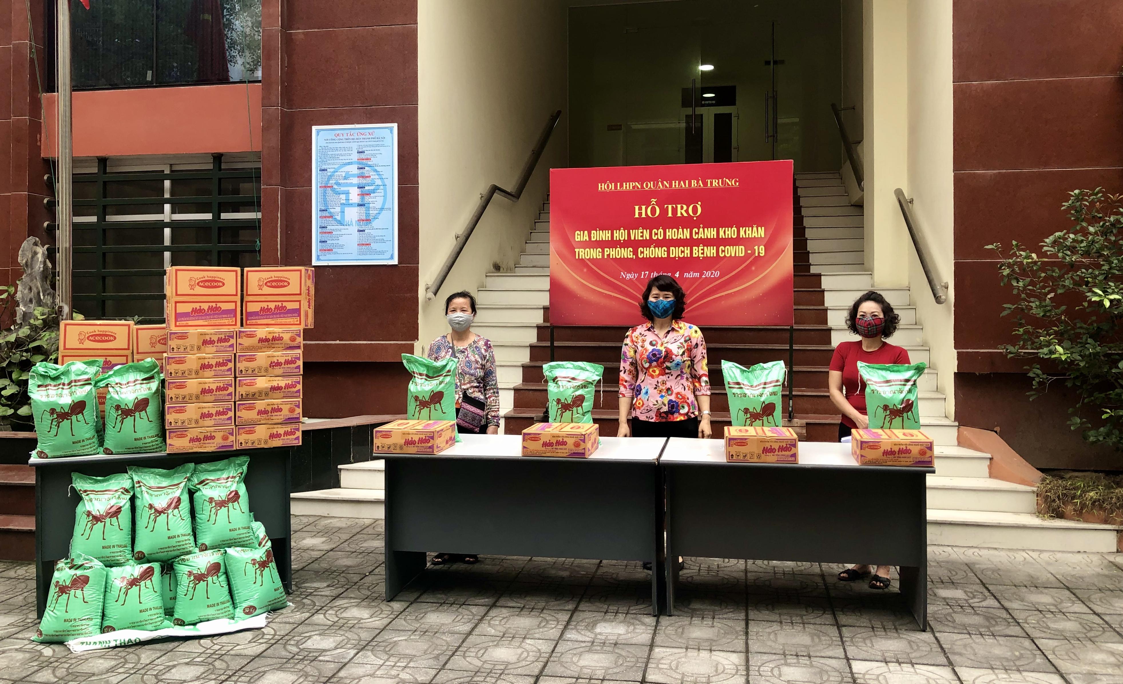 Hội LHPN Hai Bà Trưng trao quà hỗ trợ cho các hội viên có hoàn cảnh khó khăn của 18 phường